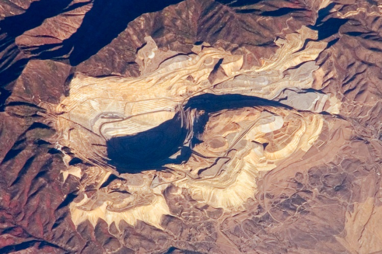 Bingham_Canyon_Mine_from_ISS_2007